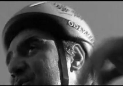 Primo piano del ciclista che pedala sudato