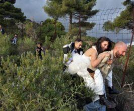 Immagine tratta dal film della sposa che fugge sulle spalle del compagno.