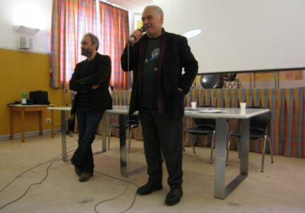L'attore Colangeli parla alla platea nella Casa di Reclusione di Massa