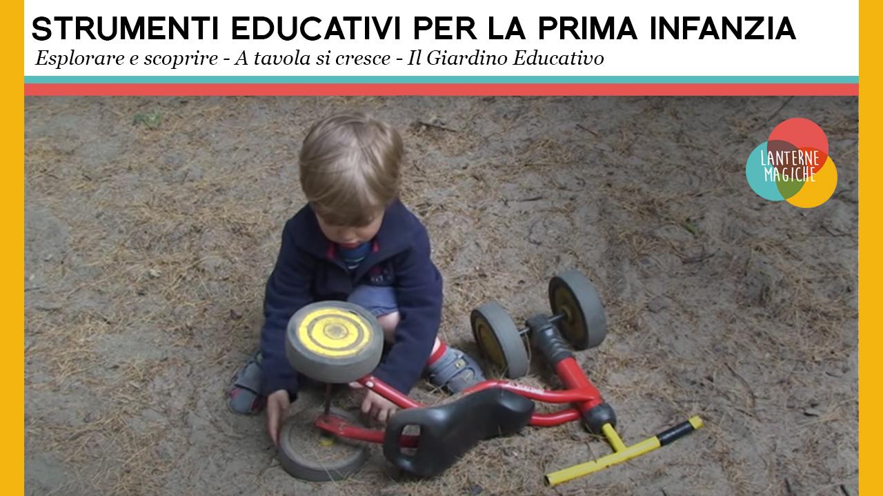 Un bambino gioca con il triciclo